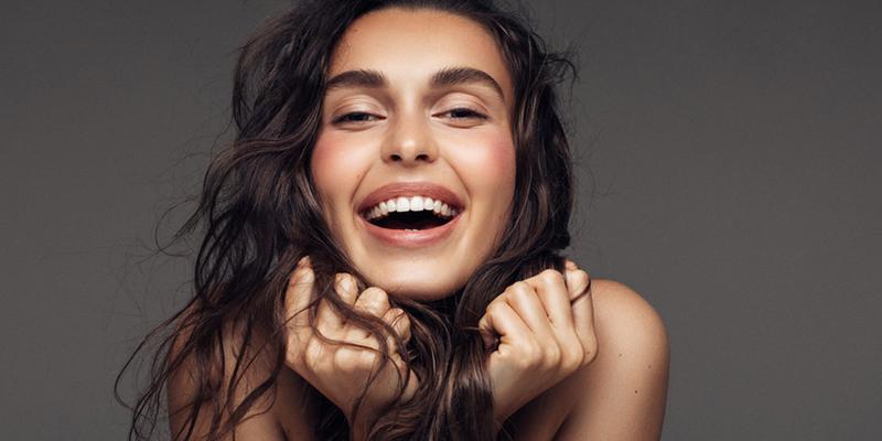sonrisa blanca con blanqueamiento dental